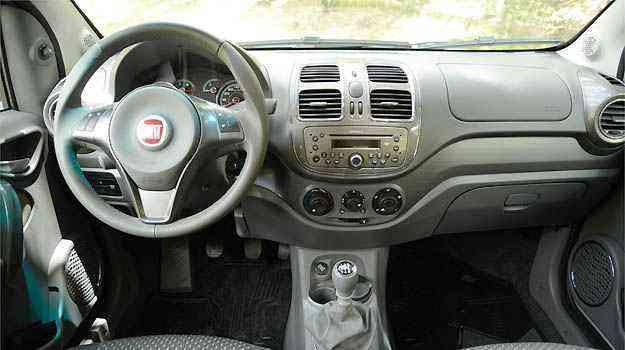 Grand Siena tem retrovisores elétricos, mas pela posição do botão, o item não tem efeito prático para o motorista ajustar o espelho do seu lado - Thiago Ventura/EM/D.A PRESS