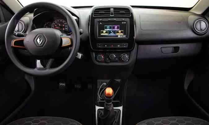 Os detalhes alaranjados estão também na manopla do câmbio e no volante. E a central multimídia tem conexão por Apple CarPlay e Android Auto(foto: Rodolfo Buhrer/Renault/Divulgação)