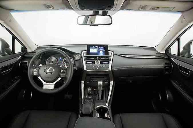 Painel tem ergonomia correta e acabamento caprichado no segmento de luxo(foto: Lexus/Diuvlgação)