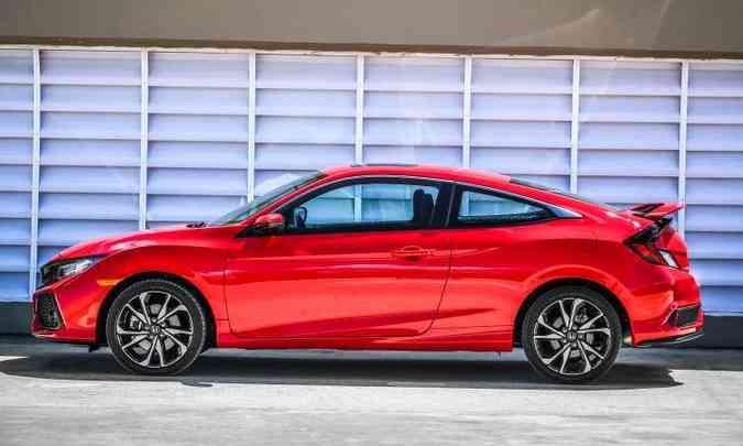 O cupê de duas portas tem formas aerodinâmicas, rodas aro 18 polegadas e pneus de perfil baixo(foto: Honda/Divulgação)