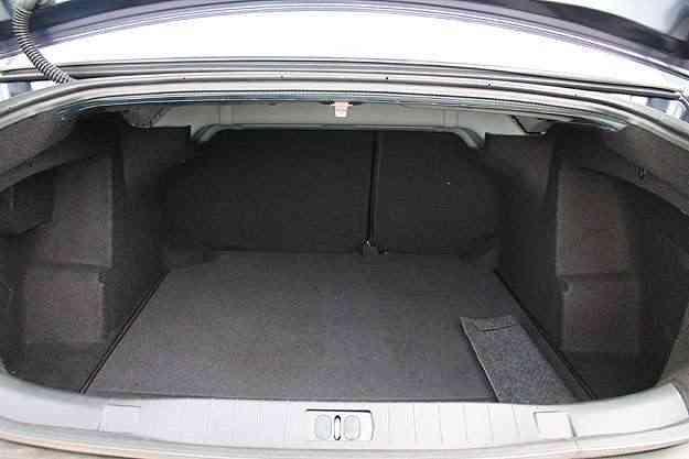 O porta-malas tem capacidade para quase 500 litros - Marlos Ney Vidal/EM/D.A Press