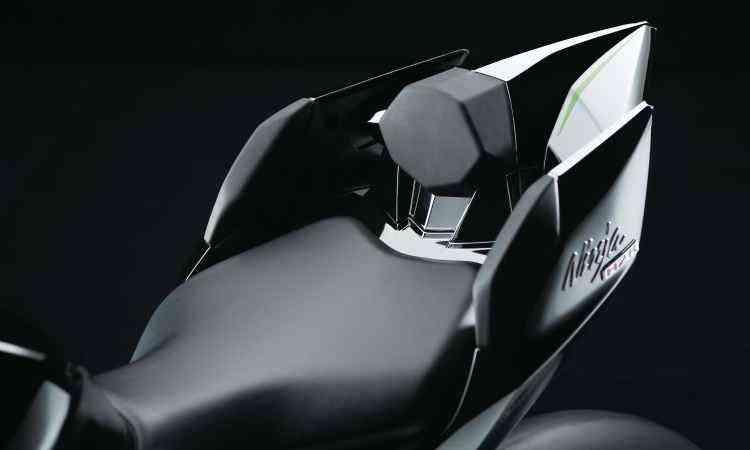 O assento só tem lugar para o piloto e conta com encosto lombar - Kawasaki/Divulgação