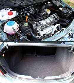Motor 1.6 tem 104 cv de potência com álcool. Porta-malas tem um dos maiores volumes do segmento. -