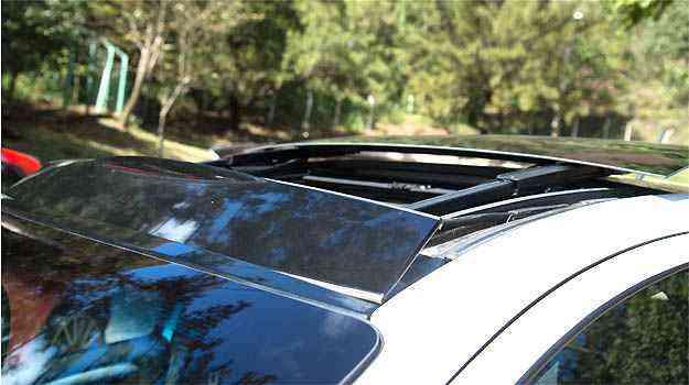 Já no Punto, o vidro do teto solar fica mais exposto e traz um ar ainda mais esportivo ao modelo - Thiago Ventura/EM/D.A PRESS
