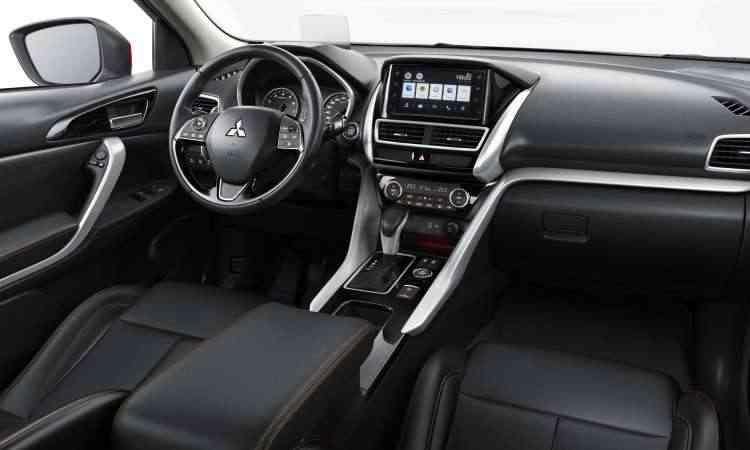 O interior tem acabamento de boa qualidade e multimídia com tela tátil de sete polegadas - Mitsubishi/Divulgação