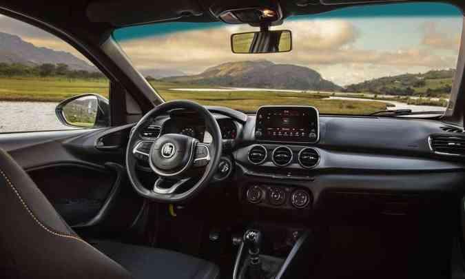 Interior da versão aventureira traz teto escurecido e saídas de ar-condicionado cromadas(foto: Fiat/Divulgação)