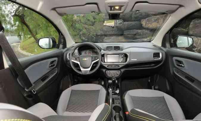 Interior ganhou novo painel, com material imitando fibra de carbono e plástico duro(foto: Beto Novaes/EM/D.A Press)