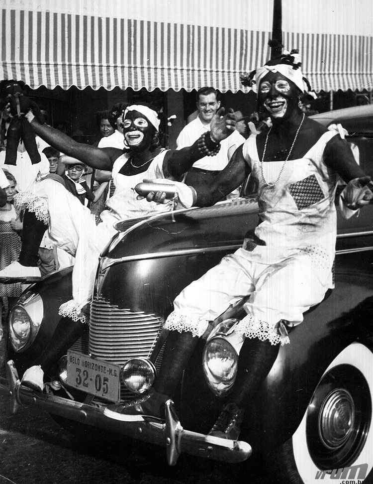 Blocos caricatos desfilam fantasiados em 1950 - Arquivo EM