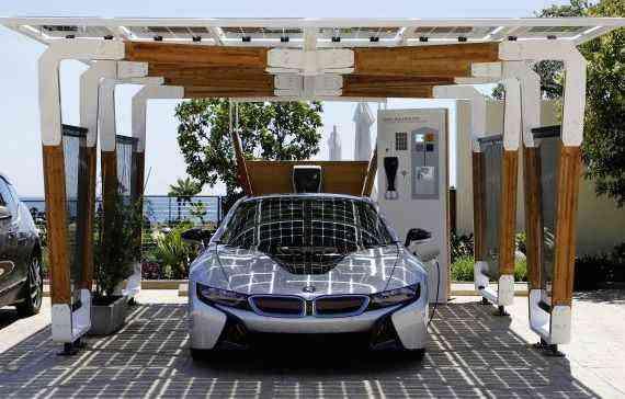 A energia solar é convertida em energia elétrica e carrega os carros estacionados - BMW/divulgação