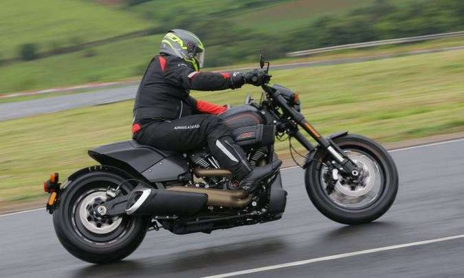 A suspensão traseira fica camuflada, batizada de 'softail', rabo macio(foto: Mário Villaescusa/Harley-Davidson/Divulgação)