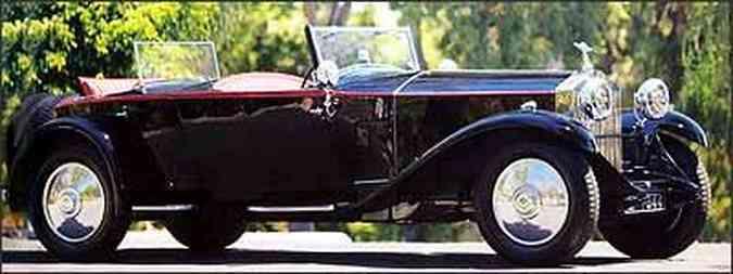 Além do contraste das linhas retas da carroceria e das curvas dos páralamas, automóvel inglês chama a atenção pela enorme distância entreeixos e pelo par de pára-brisas, um para cada compartimento(foto: Fotos: Gooding & Company/Reprodução)