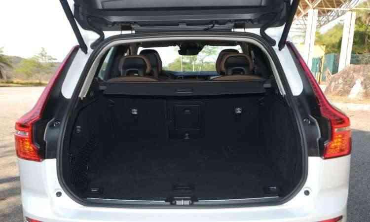 Porta-malas tem capacidade de 505 litros e conta com sistema elétrico de abertura da tampa - Leandro Couri/EM/D.A Press