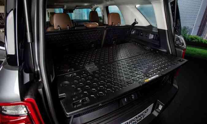 O porta-malas tem boa capacidade e conta com uma divisória de plástico bem prática(foto: Ford/Divulgação)