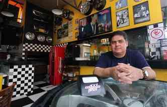 Eduardo Goes tinha o lava-jato e a lanchonete há 15 anos, mas não dava certo. Então chamou um amigo e criou o Autobar(foto: Thalyta Tavares / ESP DP)