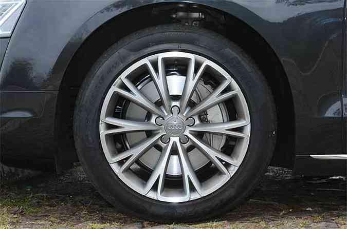 A suspensão é tão macia que nem pneu de perfil baixo tira conforto(foto: Euler Junior/EM/D.A Press)