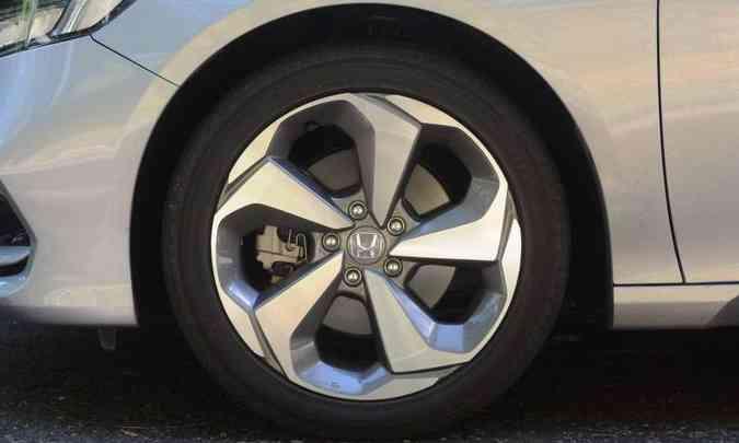 As rodas de liga leve são de 18 polegadas, com desenho esportivo(foto: Leandro Couri/EM/D.A Press)