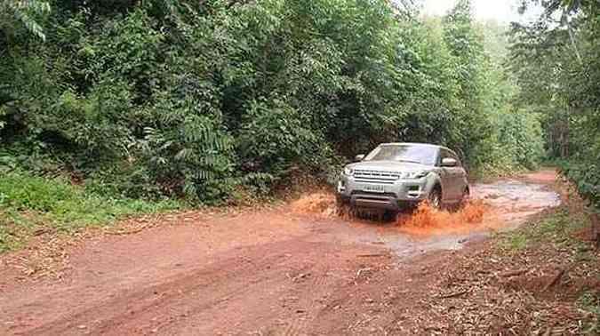 Um legítimo Land Rover não decepciona em terrenos acidentados (foto: Pedro Cerqueira/EMDAPress)