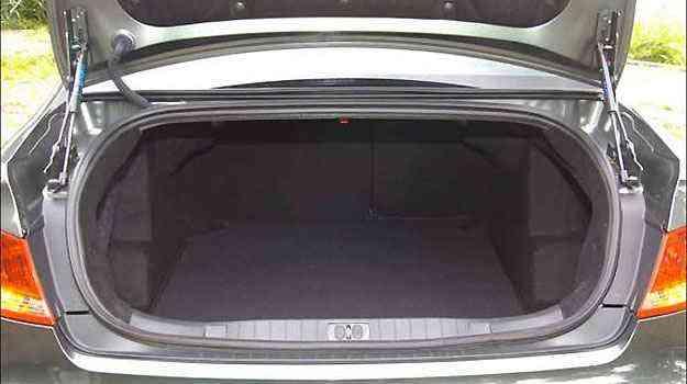 Tampa do porta-malas do 408 é sustentada por amortecedores... - Maria Tereza Correa/EM/DA Press