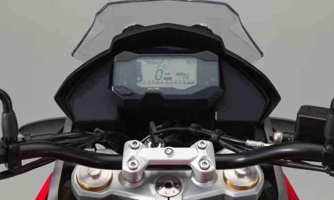 O painel é digital, com tela retangular(foto: BMW/Divulgação)
