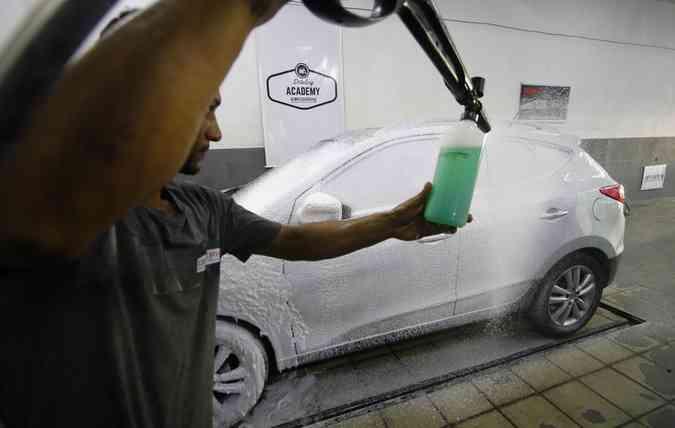 Lavagem tradicional é sinônimo de segurança para o veículo e para o bolso do motorista (foto: Marlon Diego / Esp. DP )