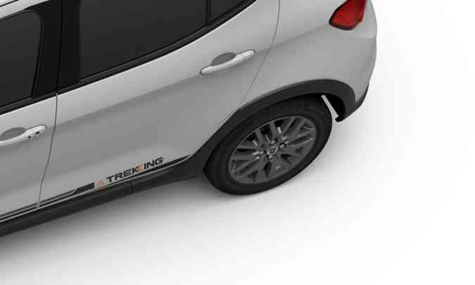 Rodas de liga leve pintadas em cinza e faixa adesiva com a inscrição Trekking nas laterais(foto: Fiat/Divulgação)