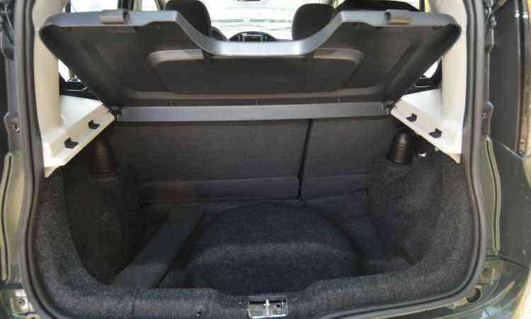Porta-malas tem apenas 280 litros, mas é compatível com o tamanho do hatch - Jair Amaral/EM/D.A Press