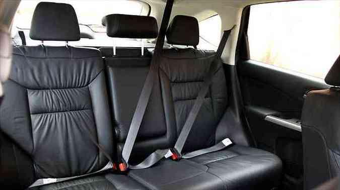 No banco traseiro o assoalho plano contribui para o bom espaço, mas o assento não apoia bem as pernas