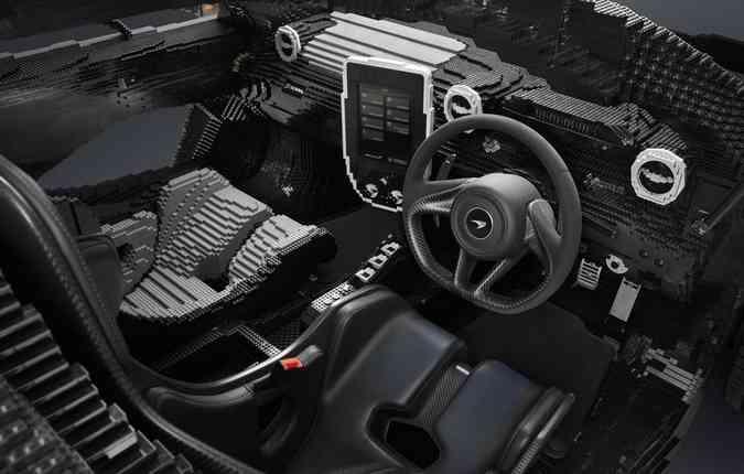Detalhes da parte interna do veículo feito de peças de plástico. Foto: Divulgação