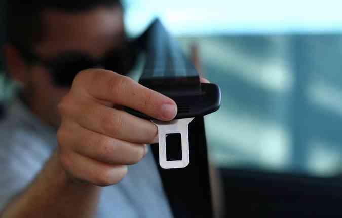 Observe se o cinto de segurança está encaixando e travando com facilidade no fecho(foto: Paulo Paiva/ DP)
