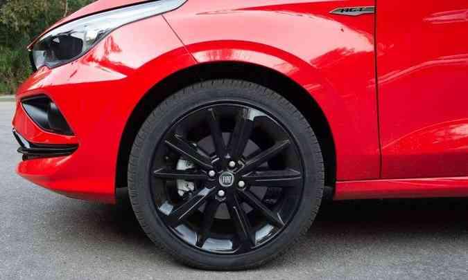 Rodas de liga leve pintadas em preto brilhante, calçadas com pneus 205/45 R17(foto: Jorge Lopes/EM/D.A Press)