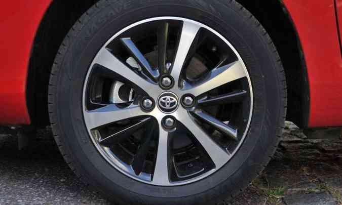A versão XLS tem rodas de liga leve de 15 polegadas calçadas com pneus 185/60(foto: Ramon Lisboa/EM/D.A Press)