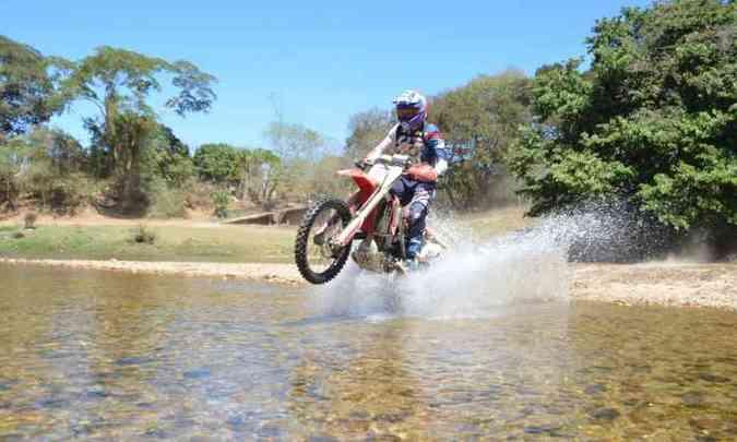 O trajeto da prova inclui travessia de pequenos riachos(foto: Léo Tavares/Divulgação)
