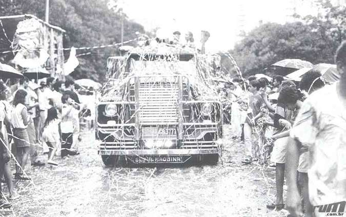 Desfile de carro alegórico durante o Carnaval de 1987 (foto: Paulo Filgueiras/Estado de Minas - 05/02/1987)