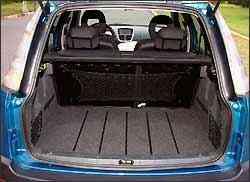 Porta-malas tem capacidade para 313 litros e rede para pequenos objetos - Fotos: Juarez Rodrigues/EM/D.A Press