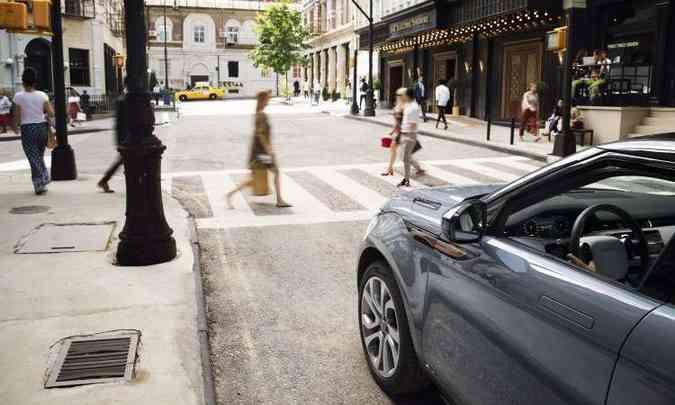 Modelo ganhou novos recursos tecnológicos que ajudam a evitar acidentes com pedestres(foto: Land Rover/Divulgação)