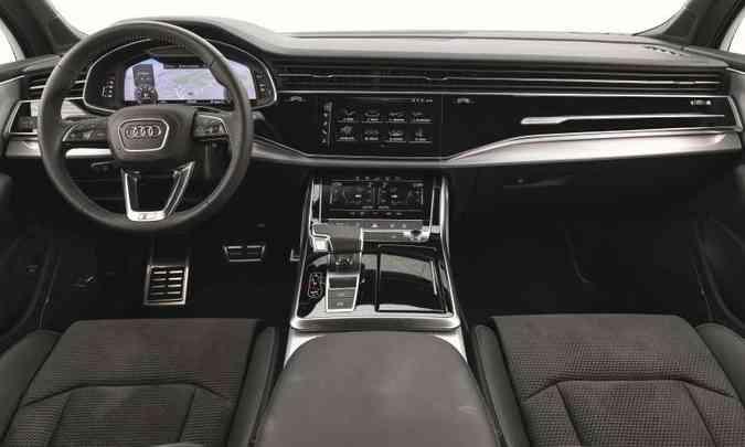 O interior tem acabamento refinado, com materiais de boa qualidade, e no centro do painel duas telas táteis facilitam a vida do motorista e passageiro(foto: Audi/Divulgação)