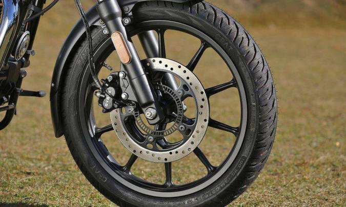 As rodas em liga leve são calçadas com pneus sem câmara(foto: Mário Villaescusa/Royal Enfield/Divulgação)