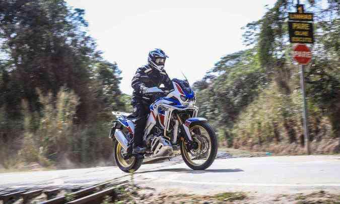 A Adventure Sports ES DCT tem suspensões eletrônicas, tanque e para-brisa maiores(foto: Caio Mattos/Honda/Divulgação)