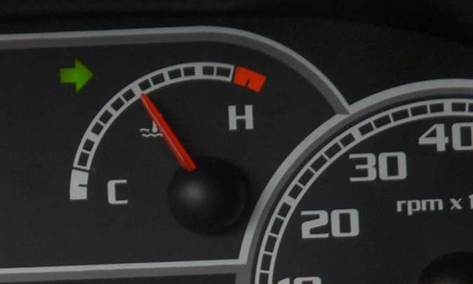 Motorista deve ficar atento ao marcador de temperatura, que deve ficar com o ponteiro no meio(foto: Juarez Rodrigues/EM/D.A Press)