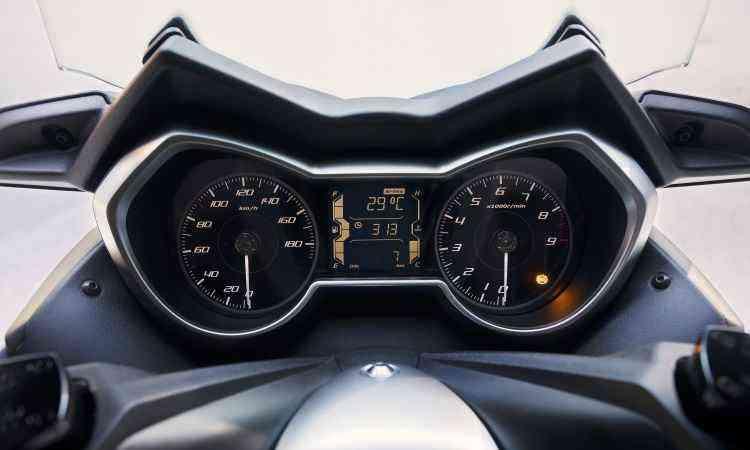 O painel lembra os dos automóveis, com elementos analógicos e digitais - Yamaha/Divulgação