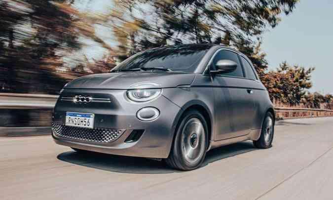 Terceira geração do Fiat 500 traz mudanças no visual, com faróis full LED e formas mais arredondadas(foto: Jorge Lopes/EM/D.A Press)