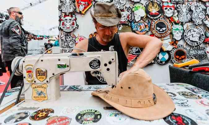 Profissional cuidou da personalização de jaquetas e chapéus dos participantes(foto: Bike Fest/Divulgação)