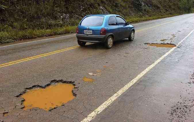 Pesquisa revela que 62,1% das rodovias brasileiras são consideradas péssimas, ruins ou regulares(foto: Maria Tereza Correia/Estado de Minas - 31/01/2007 )