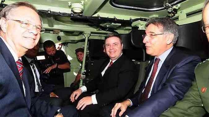 O presidente da Fiat Chrysler para a América Latina, Cledorvine Belini, o ministro de Desenvolvimento, Indústria e Comércio Exterior, Fernando Pimentel e o governador de Minas Gerais Antônio Anastasia