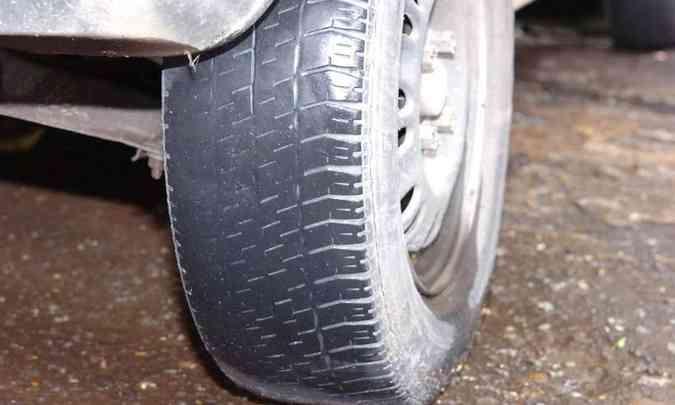 Pneus carecas aumentam os riscos de acidentes em pistas molhadas(foto: Jair Amaral/EM/D.A Press)