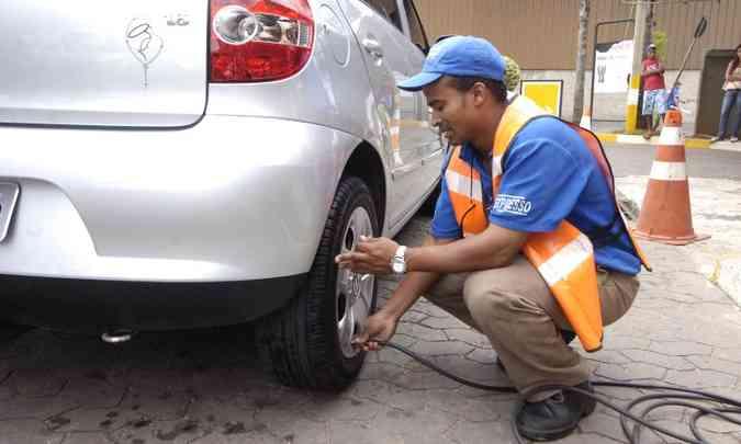 Se a pressão do pneumático estiver 30% abaixo da recomendada pelo fabricante do veículo, o consumo pode aumentar em até 2,5%(foto: Marcos Michelin/EM/D.A Press - 19/2/10)