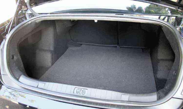 Tampa do porta-malas usa molas a gás em vez das alças - Marlos Ney Vidal/EM/D.A Press