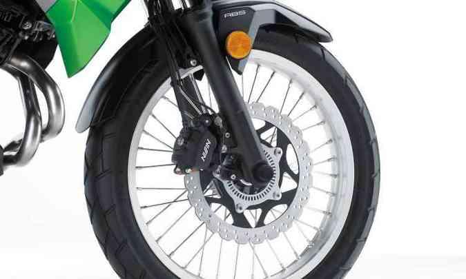 As rodas são raiadas, mas os pneus mais apropriados para o asfalto(foto: Kawasaki/Divulgação)