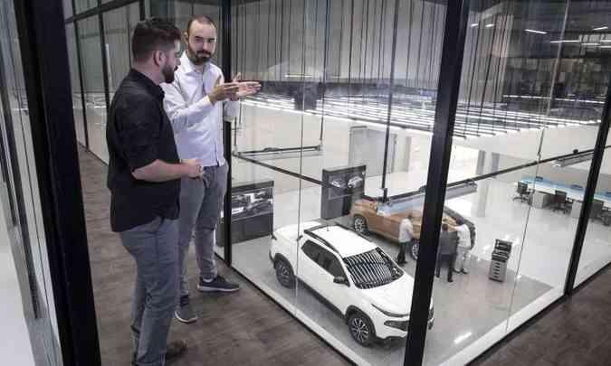 Mezanino de vidro permite que os designers mantenham contato visual com os modelos em desenvolvimento(foto: Léo Lara/Fiat/Divulgação)