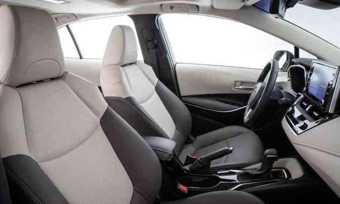 O acabamento interno é de boa qualidade, com couro em duas cores nas versões mais caras(foto: Toyota/Divulgação)